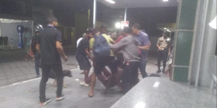 Homem surta e é contido por seguranças ao tentar invadir HPS Platão Araújo
